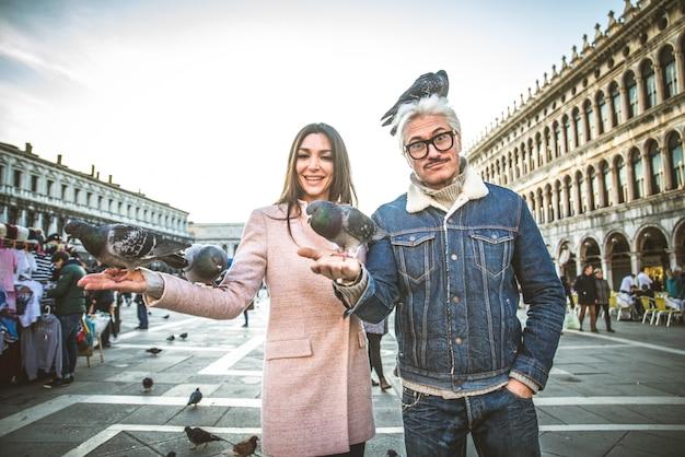 Pareja visitando la plaza de san marcos, venecia Foto Premium