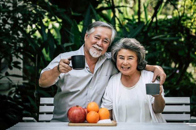 Parejas mayores jugando y comiendo algo de fruta Foto gratis