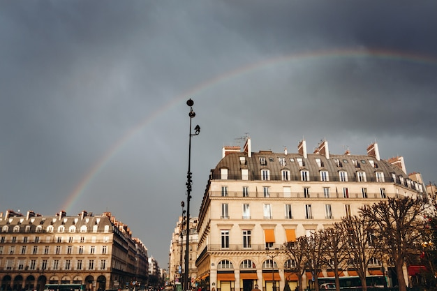 Paris street view con arco iris Foto Premium