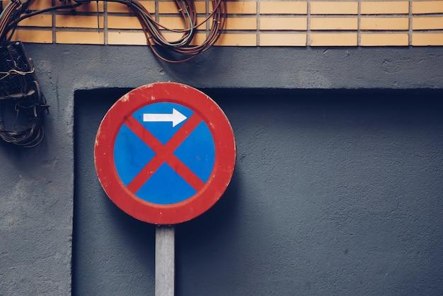 Parking prohibido señal de tráfico en la calle. Foto Premium