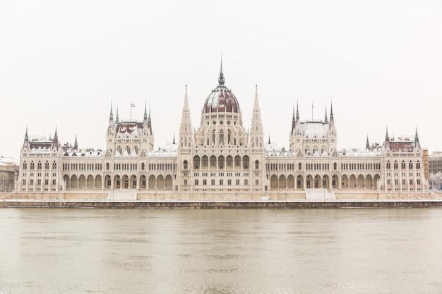 Parlamento en budapest en un día nevado Foto Premium