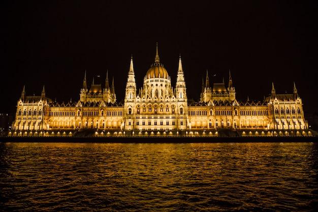 Parlamento húngaro de noche en budapest Foto Premium