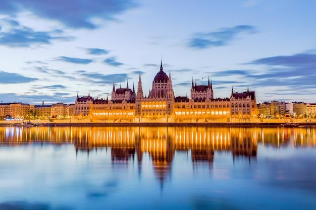 Parlamento y orilla del río en budapest hungría durante el amanecer Foto Premium