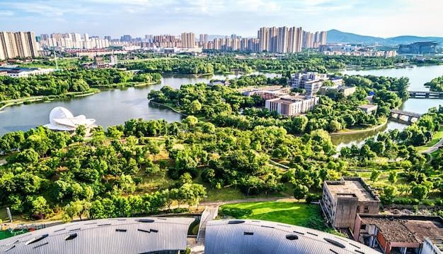 Parque con ciudad Foto gratis