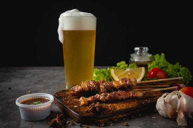 La parrilla de barbacoa cocinada con salsa picante de pimienta de sichuan es una hierba china. Foto gratis