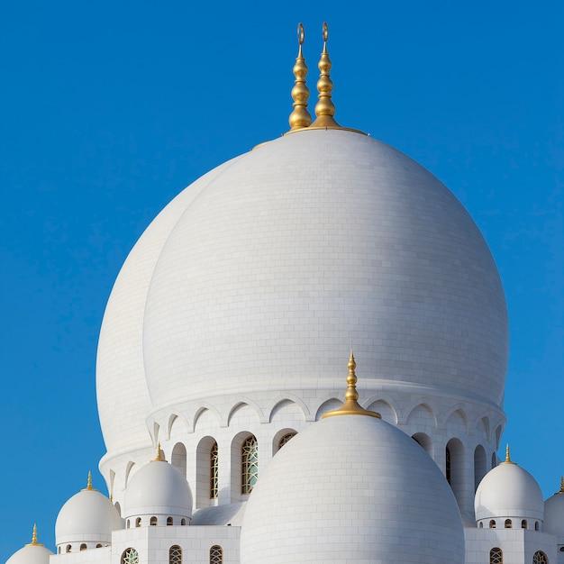 Parte de la famosa mezquita sheikh zayed de abu dhabi, emiratos árabes unidos. Foto gratis