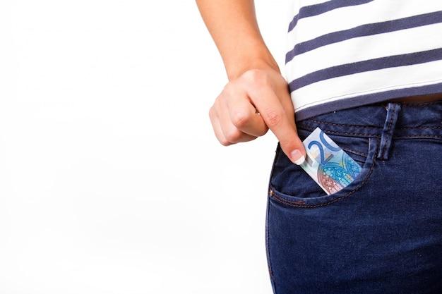 Parte inferior de la mujer con 20 euros en el bolsillo Foto gratis