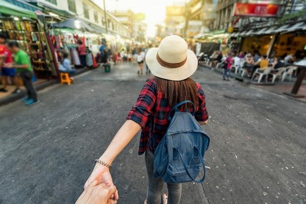 Parte posterior de las jóvenes mujeres viajeras asiáticas líder Foto Premium