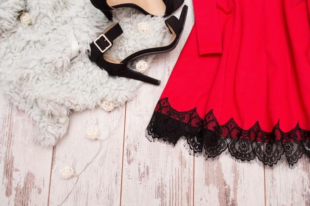 Parte Del Vestido Rojo Con Encaje Y Zapatos Negros En Pieles