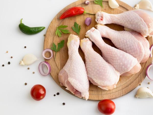 Partes de pollo crudo con diferentes ingredientes Foto gratis