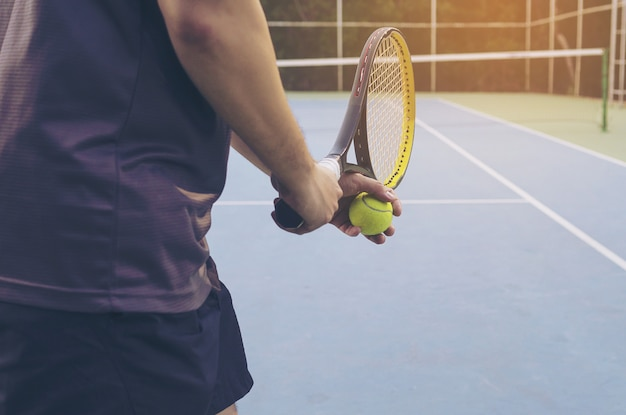 Partido de tenis que un jugador que sirve Foto gratis
