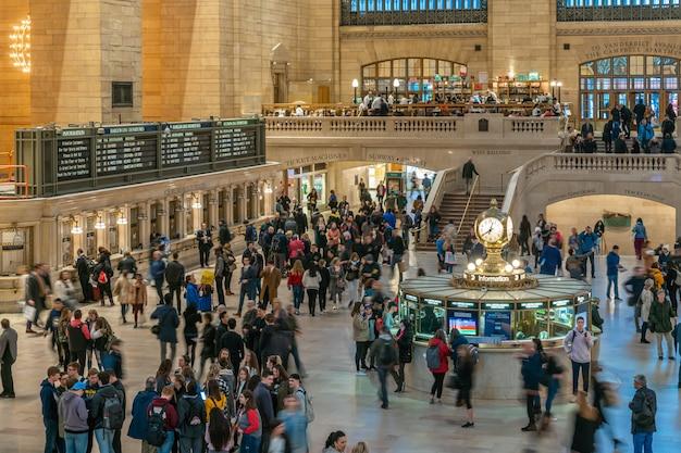 Pasajeros y turistas indefinidos que visitan la estación grand central. midtown manhattan, nueva york. estados unidos, negocios y transporte Foto Premium