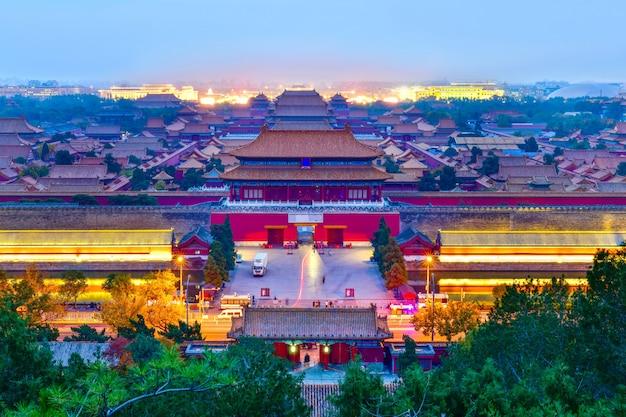 Pasando por alto la puerta northgate palacio de la ciudad prohibida en el crepúsculo en beijing, china. Foto Premium