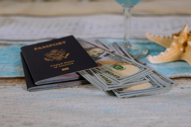 Pasaporte estadounidense con dinero en efectivo y estrellas de mar, viajes. Foto Premium