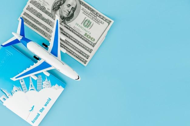 Pasaporte con modelo de avión y billetes de un dólar. Foto Premium