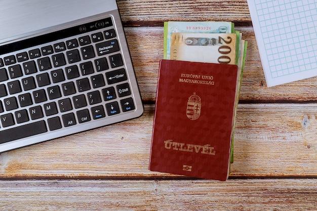 Los pasaportes húngaros y los diferentes billetes de florín húngaro con teclado Foto Premium
