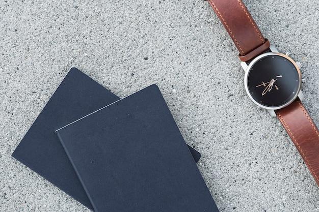 Pasaportes con un reloj sobre fondo beton Foto gratis
