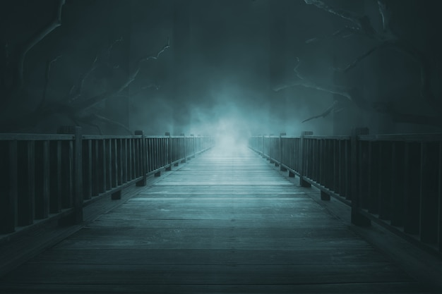 Pasarelas de madera con niebla espesa Foto Premium
