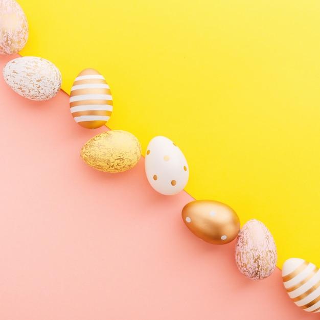 Pascua flat lay de huevos en turquesa Foto gratis