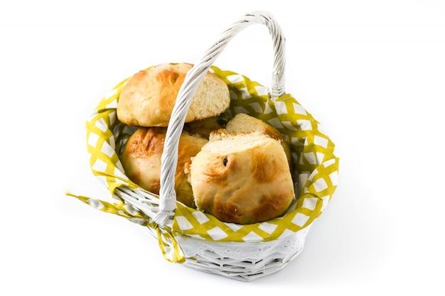 Pascua tradicional hot cross bollos en una cesta en blanco Foto Premium