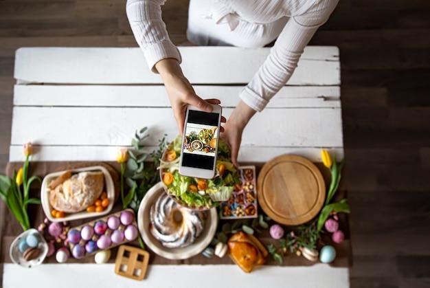 Pascua vacaciones. foto de la mesa desde el teléfono. Foto gratis