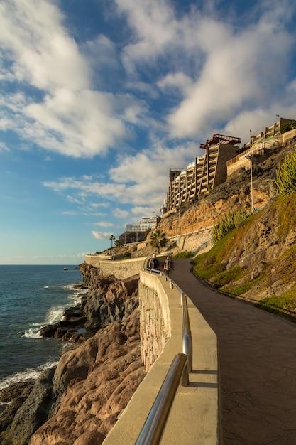 El paseo costero de puerto rico a amadores, gran canaria, islas canarias, españa Foto Premium