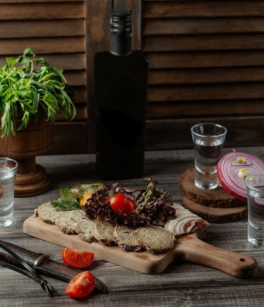 Pashtet de ternera con hojas de lechuga y tomate. Foto gratis