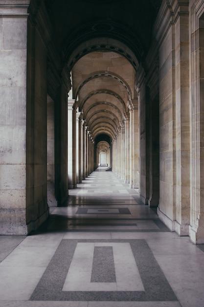 Pasillo al aire libre de un edificio histórico con una arquitectura excepcional Foto gratis