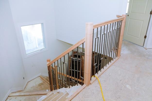 Pasillo de entrada con escalera y mesa. vista de escalones con barandas de hierro forjado. Foto Premium