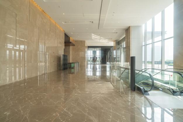 Pasillo interior del edificio de oficinas del centro financiero Foto Premium