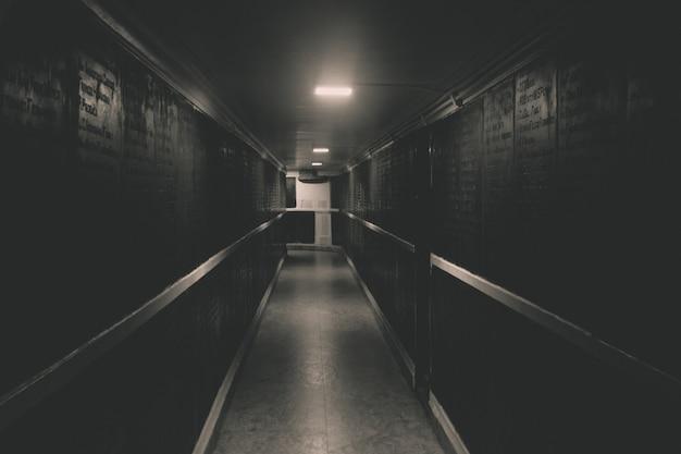 Pasillo largo oscuro descargar fotos gratis for Que color para un pasillo largo y oscuro