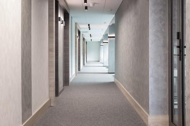 Pasillo moderno gris con iluminación Foto Premium
