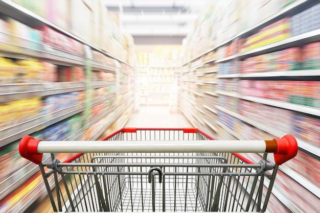 Pasillo del supermercado con carrito de compras rojo vacío Foto Premium