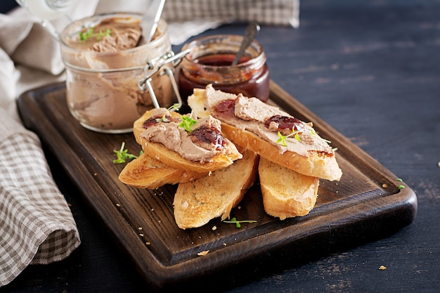 Pasta de hígado de pollo casera en frasco de vidrio con tostadas y mermelada de arándano rojo con chile Foto gratis