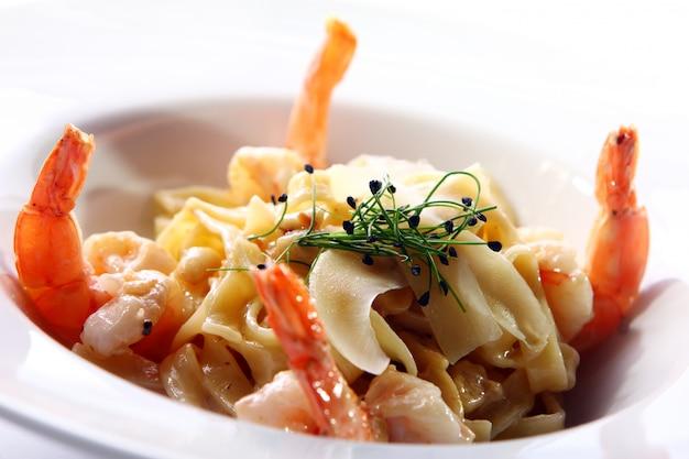 Pasta italiana fresca servida con camarones Foto gratis