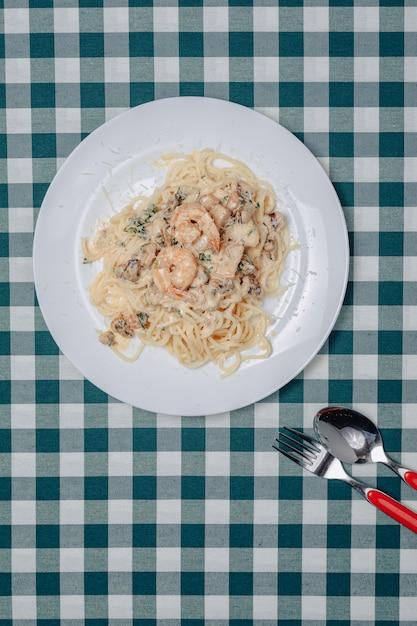 Pasta italiana con mariscos y langostinos, espagueti con salsa Foto gratis