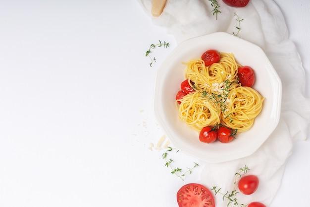Pasta italiana con tomate cherry frito y tomillo Foto Premium