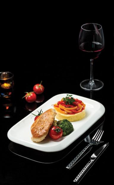 Pasta penne con queso crema y vegetales salteados Foto gratis