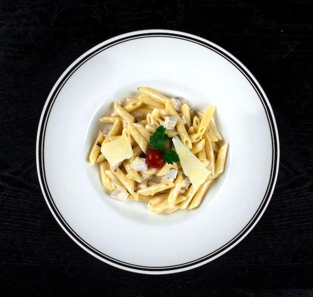 Pasta en salsa de crema con pollo y parmesano Foto gratis