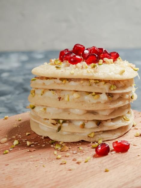 Pastel de capas de panqueques marroquíes - pastel baghrir. panqueques redondos hechos de harina de trigo. Foto Premium