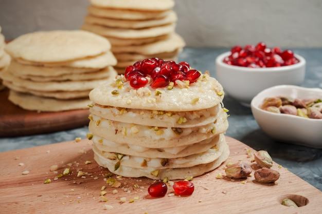 Pastel de capas de panqueques marroquíes - pastel baghrir. Foto Premium
