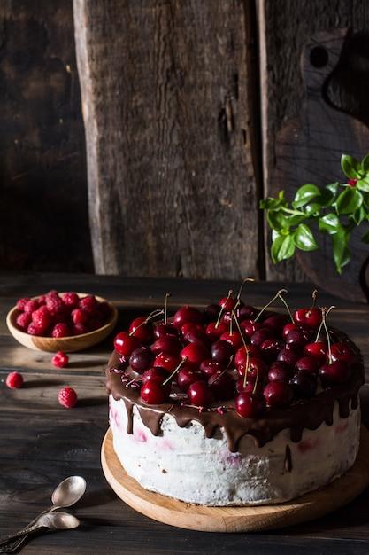 Pastel de cereza con chocolate. Foto Premium