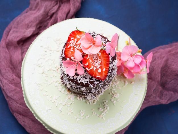 Pastel De Chocolate Y Chocolate Con Decoración De Flores De