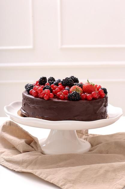 Pastel de chocolate con grosellas rojas y negras Foto gratis