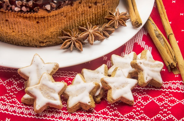 Pastel de chocolate sobre tela estampada navideña Foto Premium