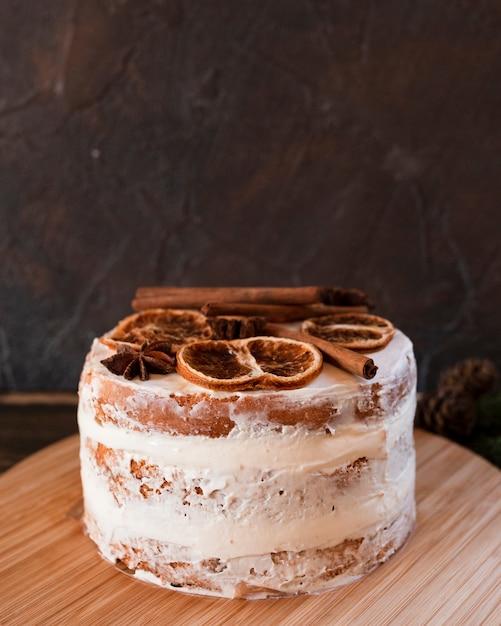 Pastel con cítricos secos y cobertura de canela Foto gratis