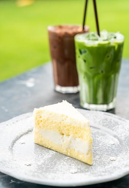 Pastel de coco en un plato Foto Premium