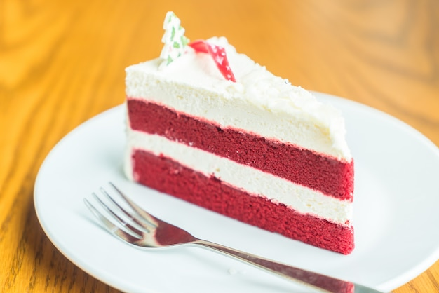 Pastel de crema de terciopelo rojo Foto gratis