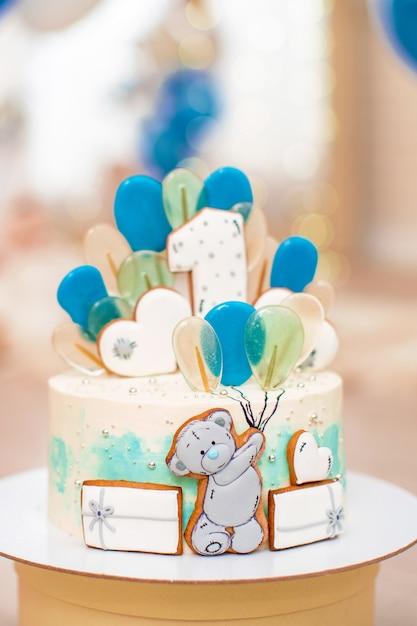 Pastel de cumpleaños para 1 año decorado con globos oso de pan de jengibre con glaseado. Foto Premium