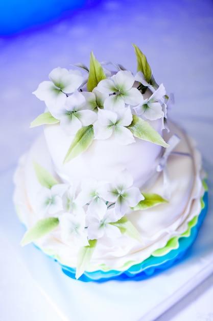 Pastel De Cumpleaños Blanco Y Azul Con Bonitas Flores Para